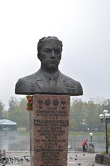 Бюст дважды Героя Советского Союза лётчика-космонавта Н. Н. Рукавишникова