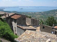 Вид на озеро из поселка Монтефьясконе