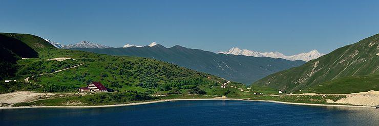 Панорамный вид озера и строящейся гостиницы Кезеной-Ам