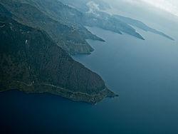 Вид с воздуха на берег озера