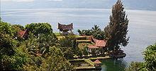 Пример батакской архитектуры на фоне озера