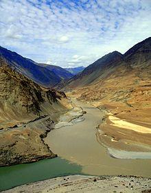 Слияние Инда (зелёная вода) с Занскаром (коричневая)