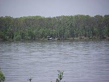 Пограничная река Уссури у села Забайкальское Вяземского района. У левого берега — китайская рыбацкая лодка
